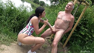 Provocative slut drops on her knees to drag inflate an patriarch man's dig up